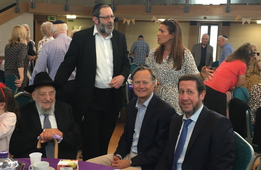 Matthew Offord MP with Rabbi Schochet at Mill Hill Broadway Synagogue